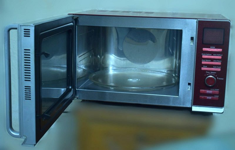 How to clean the microwave oven
